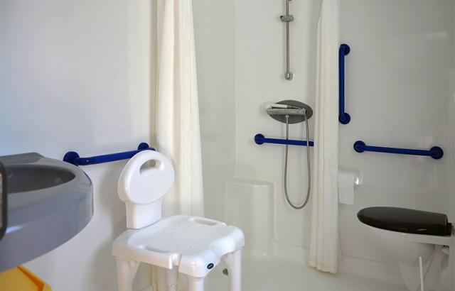 Salle de bain adaptée du cottage Dolmen PMR