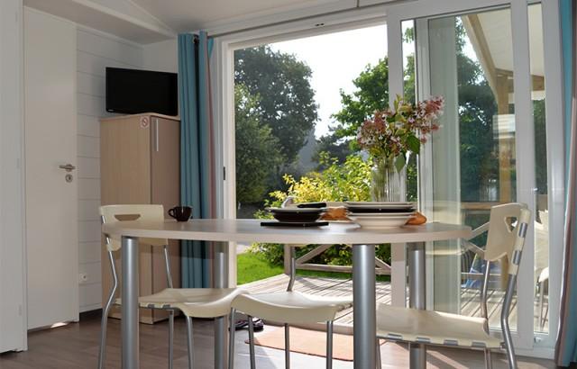 Les grandes baies vitrées donnent sur la terrasse