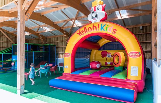Structure gonflable sous l'aire de jeux couverte