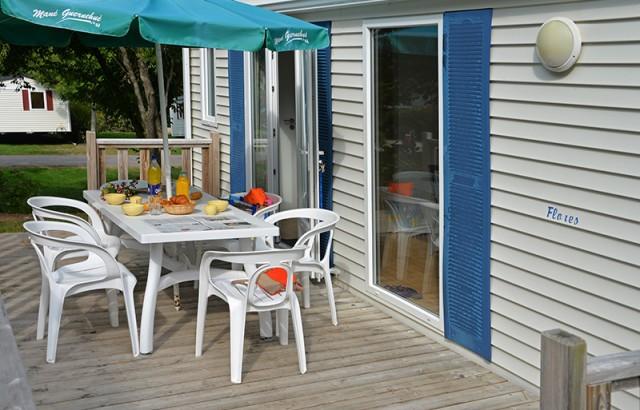 Bains de soleil, salon de jardin et parasol en terrasse