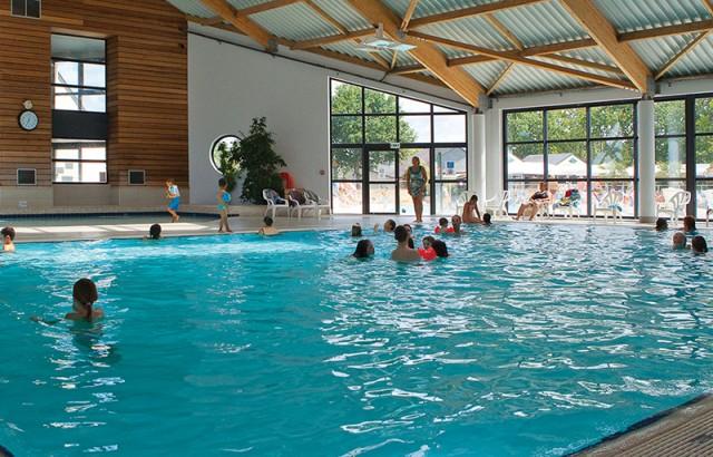 Het indoor verwarmde zwembaden