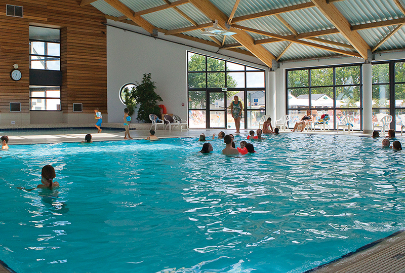 Camping avec piscine interieure camping piscine couverte for Camping dinard avec piscine