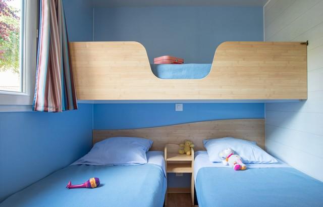 Chambre avec 3 lits simples dont 1 superposé du cottage Dolmen