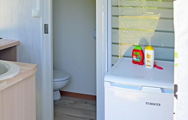 Des sanitaires privés, avec location de frigo en option