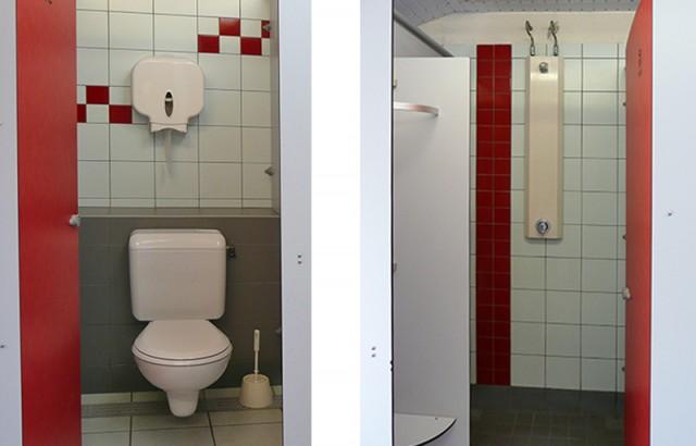 Sanitaire avec WC et cabines privées