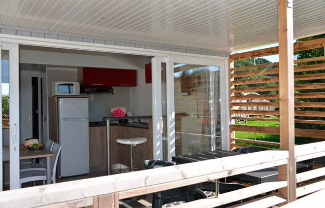 Les baies vitrées ouvrent sur la terrasse couverte