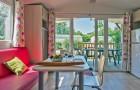 Une grande baie vitrée donne sur la terrasse couverte