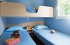 Chambre avec 3 lits simples dont un lit superposé