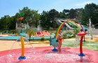 Les jeunes enfants aiment les nombreux jeux d'eau