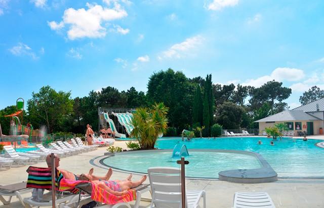 Repos et bain de soleil au bord de la piscine
