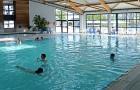 Le bassin de natation dans la piscine couverte