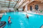 Jeux dans la piscine couverteJeux dans la piscine couverte