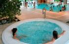 Het jacuzzi en het indoor verwarmde zwembaden