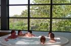 Jacuzzi dans la piscine couverte