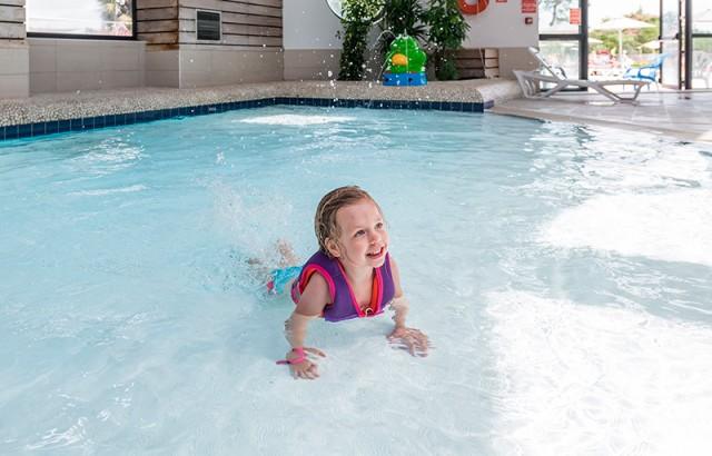 Pataugeoire animée dans la piscine couverte