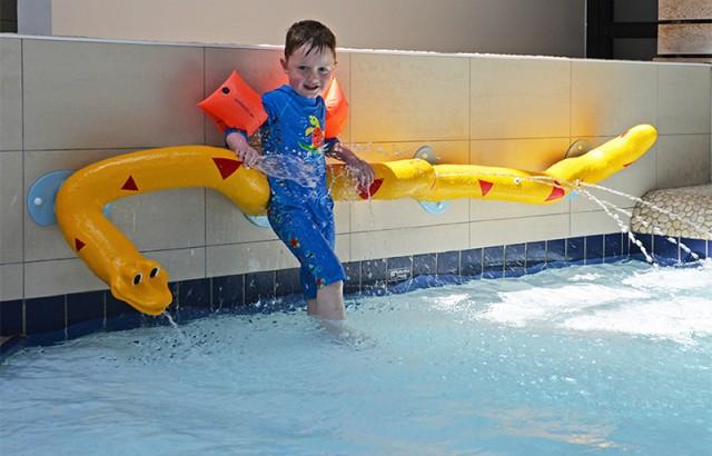 Pataugeoire animée pour les enfants dans la piscine couverte