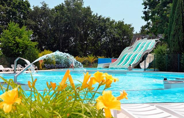 Les toboggans et la piscine