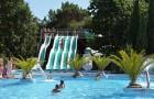 Le parc aquatique extérieur et ses toboggans