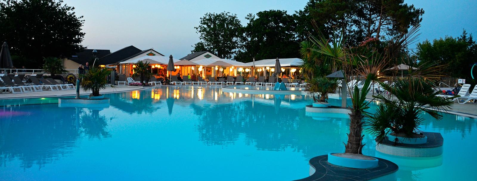 Relaxez-vous au restaurant au bord de la piscine