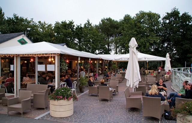 Ambiance détendue le soir en terrasse du restaurant
