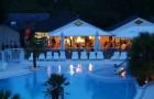 Restaurant en terrasse de la piscine le soir