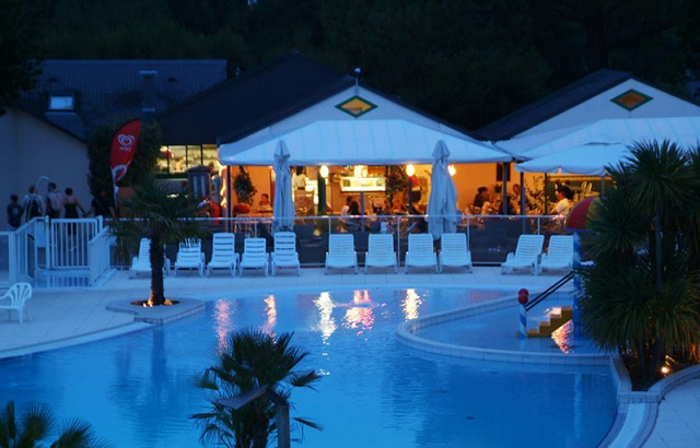 Repas en terrasse devant la piscine
