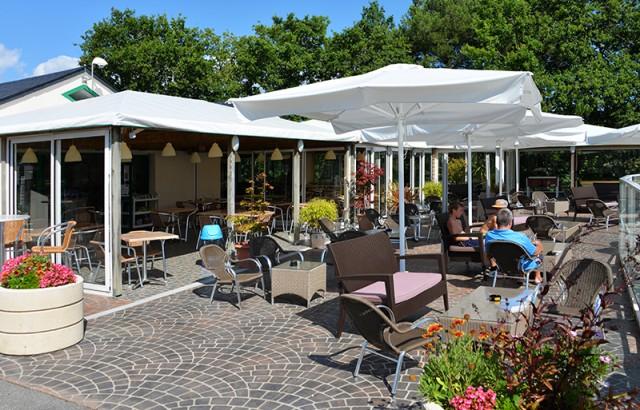 Détente au soleil sur la terrasse du restaurant