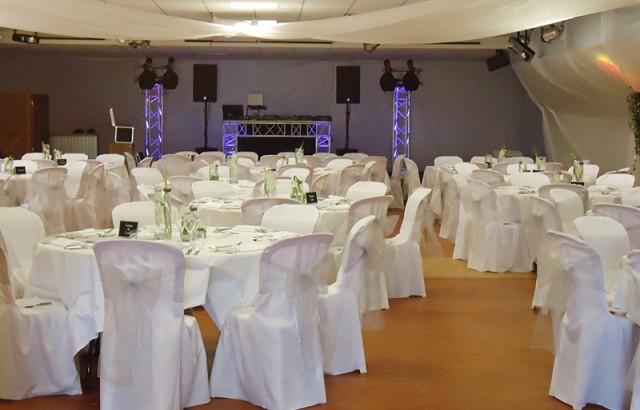 Une grande salle avec une scène pour les spectacles