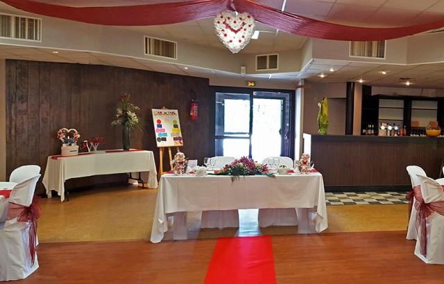 La salle de réception, l'entrée, le bar