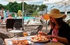 Savourer une pizza ou une crêpe à la terrasse du restaurant