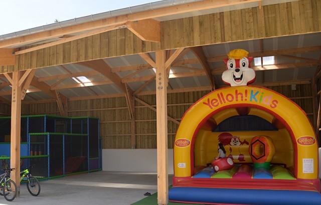 Structure gonflable à l'abri dans l'aire de jeux couverte
