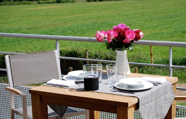 Repas sur le balcon avec vue sur la campagne