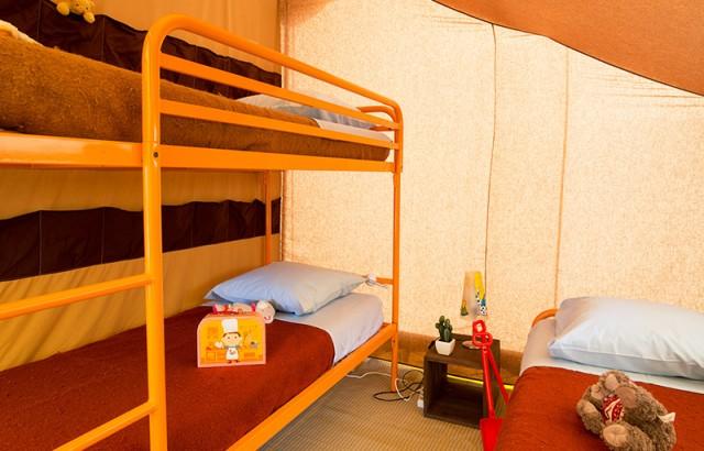 Chambre avec 2 lits simples et un lit superposé