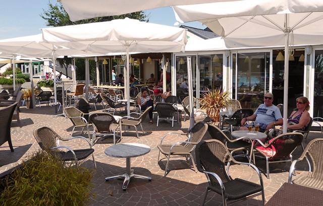 Un moment de détente au bar en terrasse
