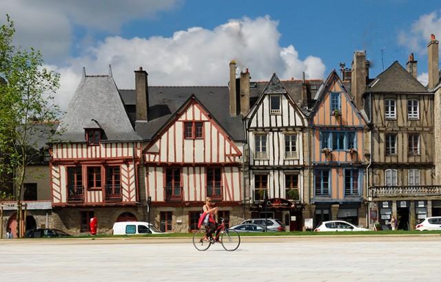 Vannes et ses maison à pans de bois colorés photo Yannick Le Gal