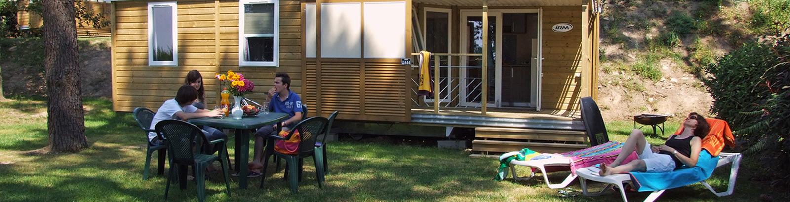 Terrasse couverte avec volets coulissants pour le Chalet Lodge