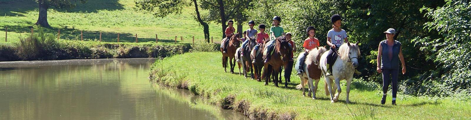 Promenades à poney pour les plus jeunes et cours d'équitation