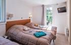 Chambre avec 3 lits simples dont un escamotable