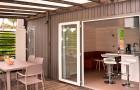 De grandes baies vitrées ouvrent sur la terrasse