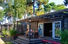 Petit déjeuner en terrasse ombragée du cottage Zen