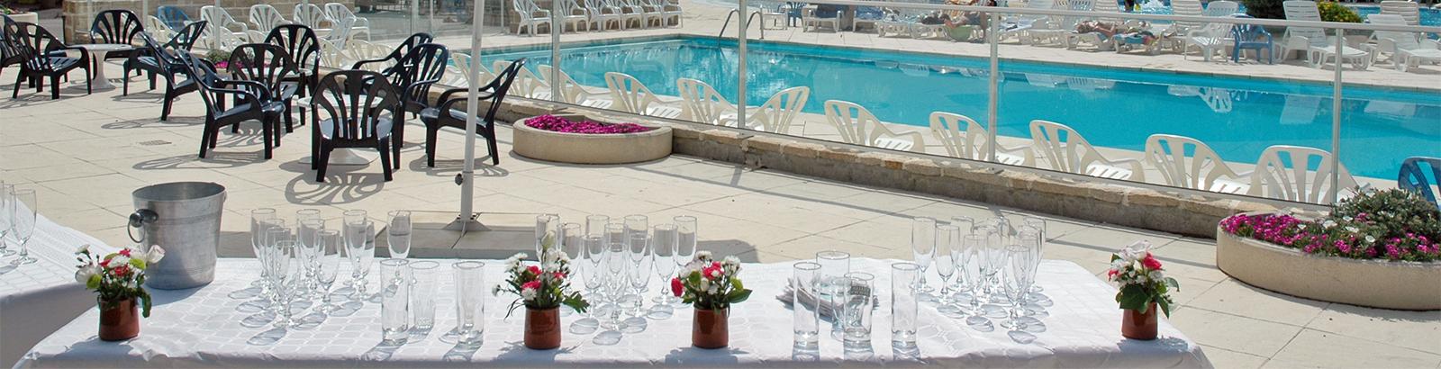 Terrasse mit Blick auf den Aquabereich für Cocktails