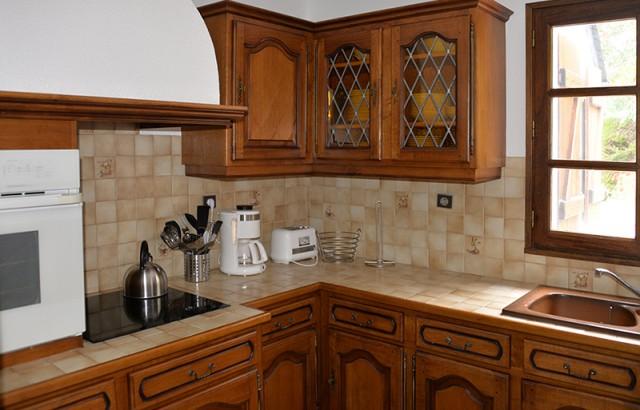 Cuisine équipée avec lave-vaisselle, four électrique, plaques vitrocéramiques, hotte...