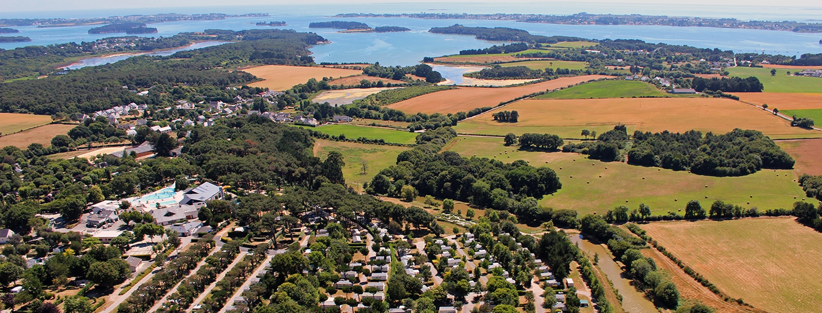 In de Golf van Morbihan, 1 km van de kust, op 3 km van het strand