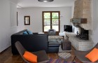 Salon avec grand canapé d'angle