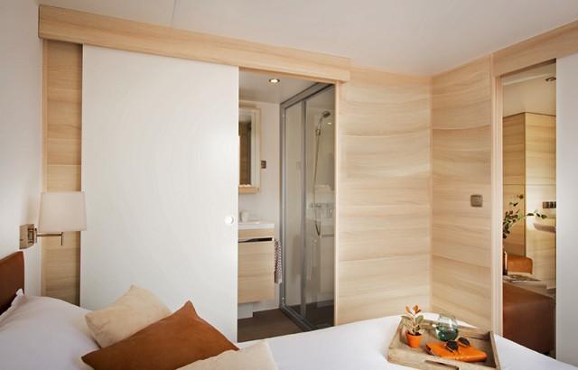 Cottage Zen : chambre parentale avec sa salle de bain