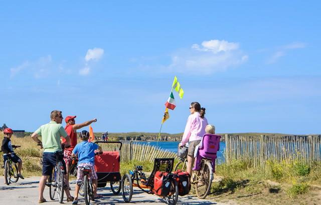 Vélo en famille en bord de mer © Jacqueline Piriou CRT