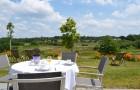 Repas avec vue sur la nature aux Hauts de Toulvern