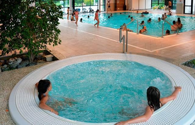Détente à la piscine couverte chauffée dans le jacuzzi