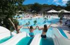 Le parc aquatique extérieur chauffé avec les toboggans