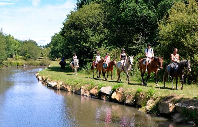 Balade à cheval près de l'étang à Mané Guernehué